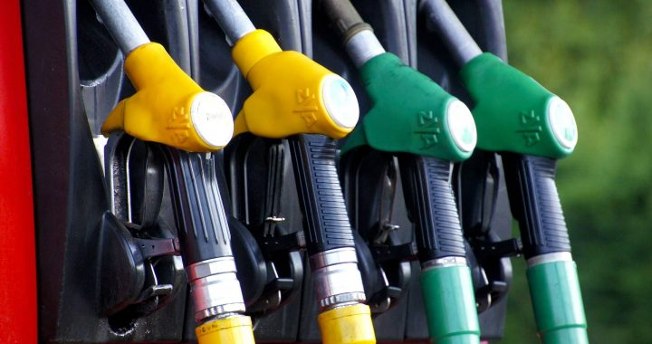 Carburant, chèque énergie : le Premier ministre annonce une « super prime » à la conversion de 4 000 euros